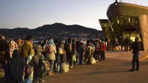 Omkring 800 migranter och asylsökanden togs under veckoslutet till fastlandet