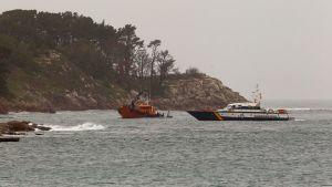 Viranomaiset yrittävät saada kokaiinilla lastatun sukellusveneen pintaan Cangasin kaupungin edustalla Espanjan luoteisrannikolla.