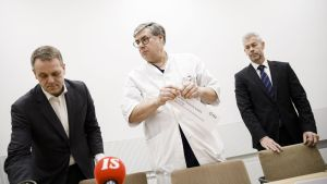 Jan Vapaavuori, Asko Järvinen och Taneli Puumalainen står på en rad.