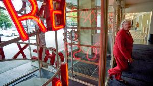 Nainen käy sisään Amos rex -museoon