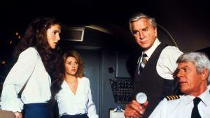 Eliane (Julie Hagerty), Randy (Lorna Petterson), Dr Rumack (Leslie Nielsen) och kapten Oveur (Peter Graves) i cockpiten.