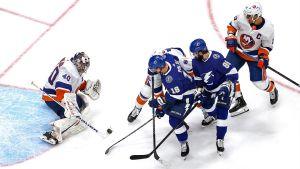Ondrej Palat och Nikita Kutjerov i Tampa Bay försöker stöta in pucken framför Sergej Varlamov i New York Islanders-målet.