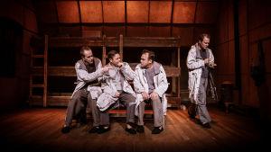 På bilden syns skådespelarna Niklas Åkerfelt, Patrick Henriksen, Max Forsman och Dennis Nylund