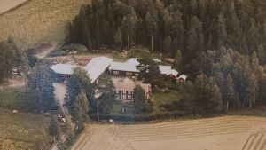Ole Holms familj tog emot Matti Tanninen, hans fru och syster på våren 1944 i Maxmo i Österbotten.