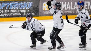 Lauri Pajuniemi, Oliver Bohm och Juuso Pärssinen firar ett mål i den första finalmatchen.