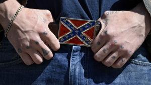 Sydstatsflaggan på demonstration organiserad av amerikanska nazistpartiet och Ku Klux Klan i Atlanta.