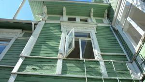 Bild utifrån av Tellinas vägg och några fönster.