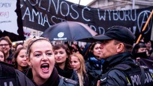 polska kvinnor demonstrerar mot ett totalt förbud mot abort