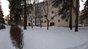 En relativt stor gård invid ett flervåningshus i Brunakärr.