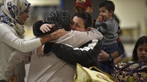 En irakisk familj i Virginia omfamnar sin mormor som lyckades ta sig in i USA då en domare fryste Trumps inresedekret tillfälligt