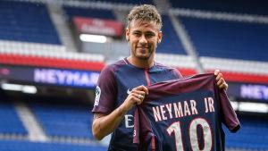 Neymar visar upp sig på sin nya hemmastadion i Paris.