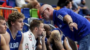 Lauri Markkanen får instruktioner av sin tränare Henrik Dettman.