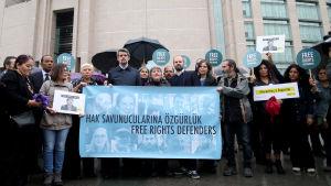 Turkiska och utländska demonstranter protesterade mot rättegången utanför domstolen i Istanbul