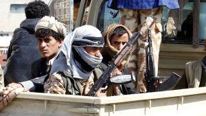 Huthirebeller åker i ett fordon i Sana'a i Jemen.