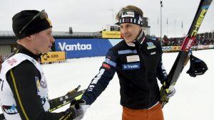 Matti Heikkinen skakar hand med Anssi Penstinen.