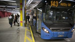 Liityntä liikenne bussi Matinkylän metroasemalla.