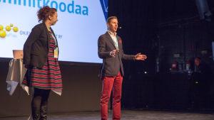 Mimmit koodaa -tapahtuman lavalla on Ohjelmistoyrittäjät ry:n puheenjohtaja Rasmus Roiha.