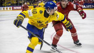 Elias Pettersson i närkamp.