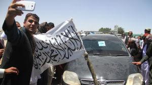 Afghaner tar selfier tillsammans med talibaner