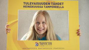 Saga Andersson med U20-VM-skylt.
