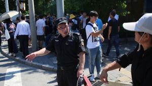 Kinesiska poliser har spärrat av den delen  av gatan utanför ambassaden där den hemgjorda bomben exploderade