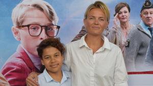 Regissören Josephine Bornebusch tillsammans med Lasse Kärkkäinen som gör den finska rösten som Lasse i filmen.