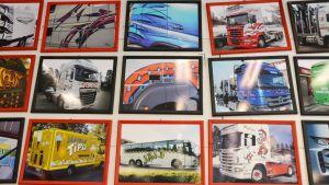 Tavlor med bilder på tejpade bilar