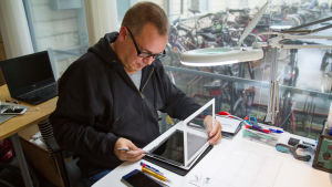 Christer Tallgren reparerar en iPad