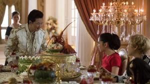 Rachel på storslagen middag hos sin väninnas familj.