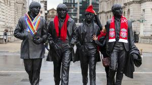 Labouranhängare dekorerade Beatles-statyn i Liverpool med partiets halsdukar och mössor inför partikongressen.