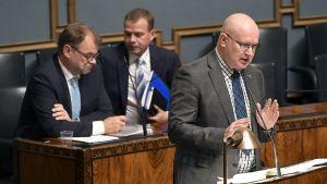 Arbetsminister Jari Lindström (Blå) i riksdagen den 16.10.2018 då regeringens meddelande om sysselsättningspolitiken och sänkt anställningströskel i små företag behandlades.