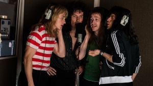 Då allt ännu är bra. Queen-killarna sjunger bakgrunden till jättehiten Bohemian Rhapsody.