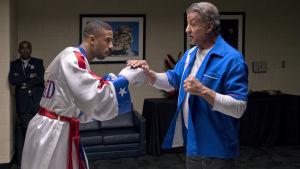 Adonis får några sista goda råd av Rocky innan matchen.