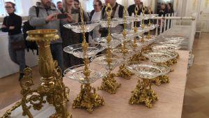 Kakfat i glas och guld har plockats fram inför slottsbalen.