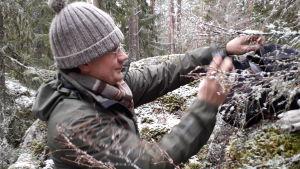 Niclas Fritzén plockar fram utrustningen han beöver för att jaga insekter och spindlar.