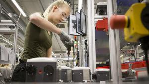 Sara Kanerva kokoaa venttiiliohjainta.