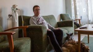 Juha Hagelberg med två av familjens hundar.