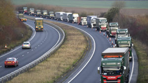 Långtradarköer på vägen till hamnen i Dover.