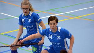 Noora Lapinkoski och Simone Blom försvarar för Blue Fox.