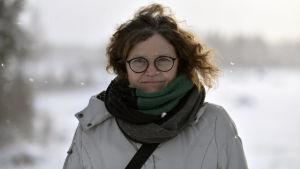 kvinna i glasögon och vinterkläder