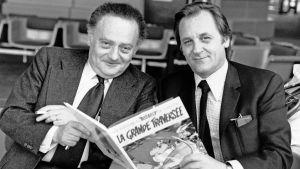 René Goscinny ja Albert Uderzo pitelevät Asterix-sarjakuvakirjaa