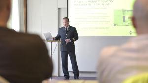 Kari Pastuhov från Vasa nödcentral talar på presskonferens om nya datasystemet Erica.