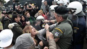 Kvinnor grälar med polisen utanför flyktinglägret i Diavata, nära Thessaloniki 5.4.2019.