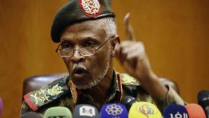 Generallöjtnant Omar Zain al-Abdin höll en presskonferens å militärrådets vägnar i Khartoum på fredagen.