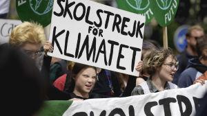 Greta Thunberg går i en klimatstrejk.