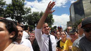 Oppositionsledaren Juan Guaidó (i mitten) deltog i en demonstration i Caracas på fredagen.