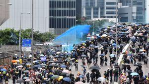Vattenkanoner skjuts över demonstranter.
