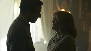 På bilden skådespelarna Josh O'Connor och Emerald Fennell som spelar i tv-serien The Crown.