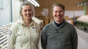 Noora Ahola miljöchef och Janne Kinnunen seniorgeolog på Mawson hoppas på stora guld och koboltfyndigheter.
