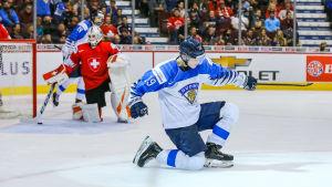 Rasmus Kupari jublar över sitt mål i JVM-semifinalen mot Schweiz för ett år sedan.